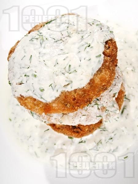 Пържени кюфтенца от тиквички с овесени ядки, извара и сирене, панирани в яйца и галета - снимка на рецептата
